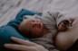 photo d'un nouveau papa sur son portable à la maternité