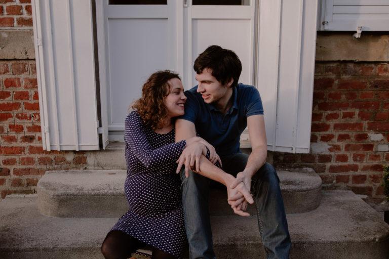 Couple d'amoureux devant leur future maison