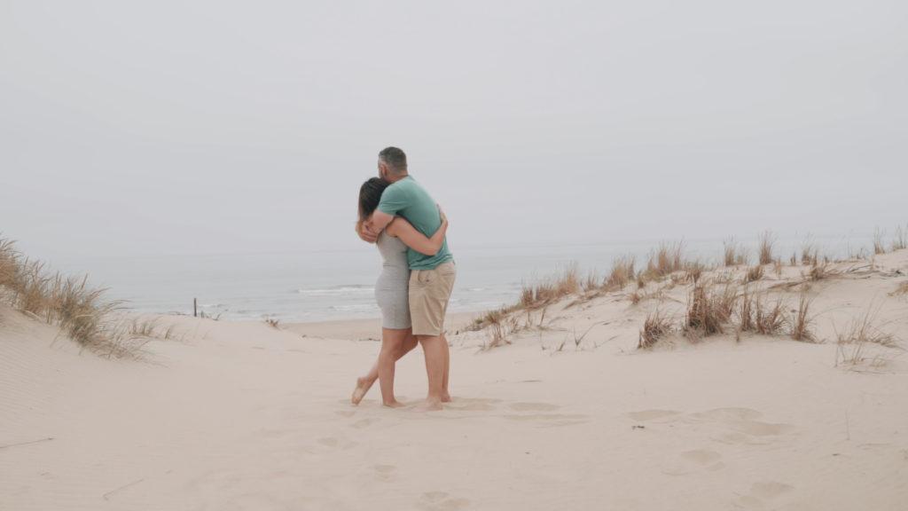couple enlacé sur une dune